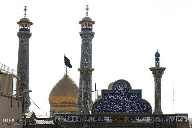 پرچم گنبد امام حسین(ع) برفراز حرم عبدالعظیم(ع) برافراشته می گردد