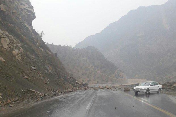 ریزش کوه در محور پلدختر-کرمانشاه، راه ارتباطی پران پرویز قطع است