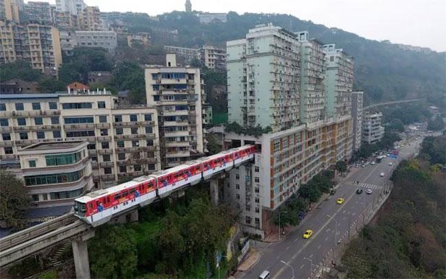 عبور ریل قطار از داخل ساختمان 19 طبقه در چین